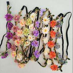 Bentita pentru cap, cu flori, pentru fete si femei, o bentita elastica pentru par din gama accesoriilor si podoabelor pentru par Floral Wreath, Hairstyle, Wreaths, Fashion, Hair Job, Moda, Hair Style, Fashion Styles, Hairdos
