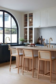 And And And Studio and Studio Lifestyle worked on this Santa Monica Canyon renovation to give a couple and their one-year-old son a modern Spanish retreat where arches frame every view. Kitchen Interior, New Kitchen, Kitchen Decor, Eclectic Kitchen, Kitchen Tops, Beautiful Kitchen Designs, Beautiful Kitchens, Deco Design, Küchen Design