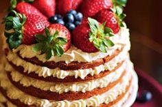 Shortcake with white chocolate, nuts, strawberries and blueberries Brownies, White Chocolate, Make It Simple, Blueberry, Bakery, Cheesecake, Strawberry, Sweets, Dishes
