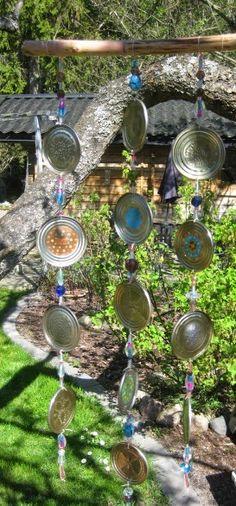 Jag har samlat locken från konservburkar ett tag och nu kom jag på vad jag skulle göra. Ett vindspel till trädgården. Idag var det helt vind...