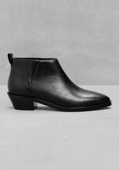 Crafted from leather, these low-cut ankle boots feature a rad design with pointed toes and a stretch panels for a comfy, pull-up fit.