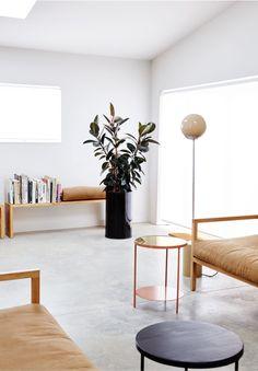 Sencilla, luminosa y con muebles con un diseño diferente,.. genial Douglas & Bec's New Zealand Home. ...