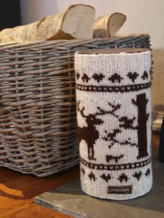 Hjorteskog trekk til tennbriketteboks pattern by Mette Tufta Loom Knitting, Knitting Patterns Free, Free Knitting, Crochet Patterns, Free Pattern, Crochet Gifts, Crochet Yarn, Free Crochet, Knitting Projects