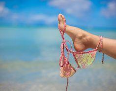 ΦΩΤΟ: 'Εχασε τα ρούχα της στην παραλία και έμεινε με την... μπουκάλα!