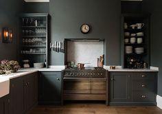 Cuisine couleur vert sapin // couleur toujours sombre des élélents de cuisine et plan de travail minéral
