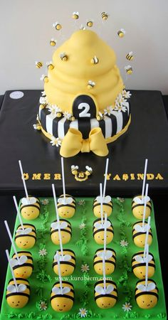 Bee cake and bee cakepops, Bee Cake Pops, Bee Cupcakes, First Birthday Cakes, Baby Birthday, Baby Shower Cakes, Baby Shower Themes, Bumble Bee Birthday, Bee Party, Bee Theme