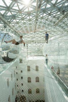 【画像】蜘蛛の巣の上を歩く気分?高所の網を自由に歩く、トーマス・サラセーノのインスタレーション