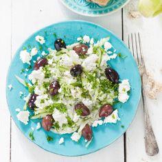 Komkommer-tzatzikisalade - Heerlijk met Griekse kalamata-olijven en verkruimelde feta. #recept #zomer #salade #JumboSupermarkten