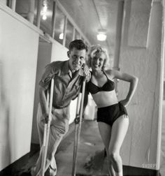 """Marilyn Monroe with Look magazine photographer John Vachon in Alberta, Canada, after she hurt her ankle filming """"River of No Return"""" don't know how anyone could think she is 'large'! She looks amazing! Old Hollywood, Classic Hollywood, Hollywood Icons, Hollywood Actresses, Divas, Shorpy Historical Photos, Marilyn Monroe Fotos, Bae, Look Magazine"""