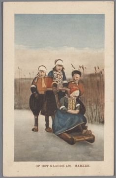 Jongens en meisjes in Marker streekdracht met slede. Achter de slede een meisje, met aan weerszijden een jongen. De linker jongen draagt de dracht voor jongens tussen het vijfde en zevende levensjaar, als overgangsfase tussen rokkendracht en reguliere jongensdracht. 1905-1915 #NoordHolland #Marken