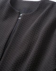 Grafische Textur auf puristischem Material.