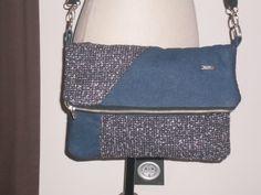 Bolso de corte informal en tejido vaquero y tweed muy comodo,tambien se puede llevar como bolso de mano.