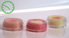 Los productos para los labios pueden ser muy caros, y los bálsamos comerciales podrían no ser adecuados para todas las personas. Elabora tu bálsamo labial de cera de abeja para darles a tus labios un tratamiento especial y económico. Pue...