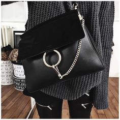 Designer Handbags a Spectacular Investment! What woman doesn't dream about owning a high fashion designer handbag? Luxury Bags, Luxury Handbags, Tote Handbags, Purses And Handbags, Handbag Accessories, Fashion Accessories, How To Have Style, Look Fashion, Fashion Mode