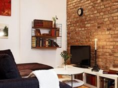 Pomysł na kącik tv w małym salonie z ceglaną ścianą (19787)