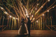Nada transforma tanto un espacio como una buena iluminación. Velas, guirnaldas de luces, bombillas, luces de colores y linternas ayudar a crear el ambiente y a añadir calidez tanto a bodas que se cele...