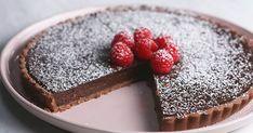 Recept na čokoládový tart s malinami. Dezert, ktorý si rozhodne zamiluje celá rodina! Základný recept zvládne aj začínajúca cukrárka. Zákusok