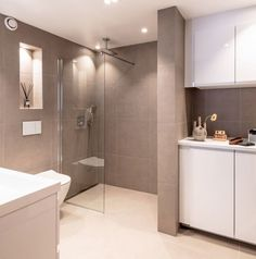 Retro Bed, Restroom Remodel, Hanging Canvas, Bathroom Inspo, Google, Gallery Wall, Bathtub, Minimalist, Layout