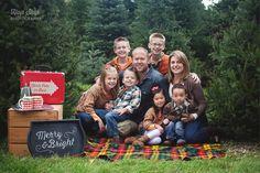 HopSkip Photography | Christmas Tree Mini Session - Downers Grove Family Photography…many ideas here.