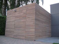 Strakke tuinberging waarbij het hout beschermd wordt met WOCA Exterior Oil Naturel. Zo krijgt het hout een beschermind en zal het toch natuurlijk vergrijzen.