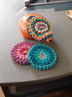 These ruffled crochet pot holders are really pretty. Blooming Pot Holders - Media - Crochet Me