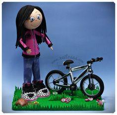 Fofucha con bicicleta personazalida para mi hija, con su sudadera y zapatillas adidas funflyer.