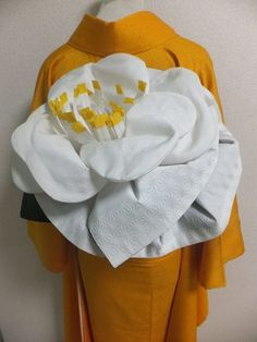 bCd - A complex obi knot. Working with Obi's all day long, this looks way to difficult, even for me! Japanese Textiles, Japanese Kimono, Furisode Kimono, Modern Kimono, Japanese Outfits, Fabric Manipulation, Hanfu, Mellow Yellow, Japanese Culture