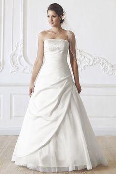 Brautkleid von Lilly -  Dieses Kleid gibt es bereits seit 4 Jahren und wird immer wieder gerne gekauft, da es ein sehr schönes Kleid ist und in allen Größen eine gute Figur macht!