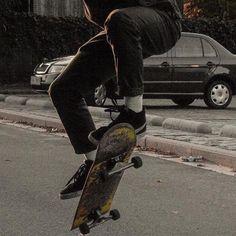 Skateboard outfit here is how to don the trend. Look Skater, Skater Boys, Skate Photos, Estilo Indie, Surfboard Art, Skateboard Girl, Thrasher, Aesthetic Grunge, Looks Cool