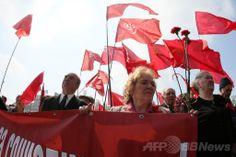 ウクライナ東部のドネツク(Donetsk)で、メーデーの集会で旧ソ連旗を模した旗を掲げる人々(2014年5月1日撮影)。(c)AFP/ALEXANDER KHUDOTEPLY ▼1May2014AFP|メーデー、ウクライナでも行進 トルコでは衝突も http://www.afpbb.com/articles/-/3014017 #May_Day #Donetsk #eastern_Ukraine