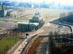 MITTE |  Brandenburger Tor |  A l'époque du mur les communistes ont modifié l'orientation du quadrige, de manière à ce qu'il tourne le dos à l'Allemagne de l'ouest. Aujourd'hui, il est toujours dans cette position, faisant face à l'avenue Unten der Linden.