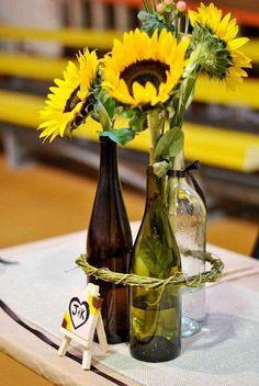 Centros de mesa para bodas con botellas: fotos ideas - Centros de mesa con botellas de vidrio y girasoles