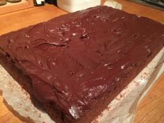 Mary Berry's Chocolate Tray Bake <br> Due to popular demand here is the recipe for Mary Berry's Chocolate Tray Bake (from the Mary Berry Ultimate Cake Book). The icing can be difficult to make just because of the amount of icing … Great British Bake Off, British Bake Off Recipes, Tray Bake Recipes, Baking Recipes, Dessert Recipes, Baking Ideas, Cupcake Recipes, Dinner Recipes, Mary Berry Tray Bakes
