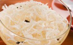 cocada mole diet Ingredientes: – 02 xícaras (chá) de coco fresco ralado grosso – 02 colheres (sopa) de amido de milho – 01 xícara (chá) de adoçante sucralose granular – 02 xícaras (chá) de leite desnatado – 1/2 garrafa de leite de coco light – 01 pedaço de canela em pau – 05 cravos-da-índia Modo de Preparo: Dilua o amido de milho em 1/2 xícara de leite desnatado. Misture todos os ingredientes (o coco, o adoçante, o leite de coco, a canela e o cravo) ao amido diluído