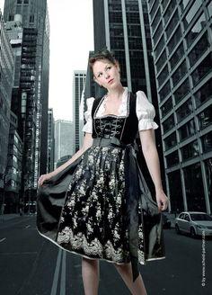 Simone Weghorn  - Modedesign  Jagdcouture; Dirndl, Samt, Spitze, Schwarz, Silber, Midi, Schnürrung,  Dirndlcouture, Tracht