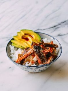 Pay for sushi or make your own crispy salmon skin bowl? what you get is crispy salmon skin goodness, perfect with rice, avocado, and a drizzle of soy sauce. Tapas, Sushi, Low Carb Brasil, Wok Of Life, Salmon Skin, Chili Oil, Nutrition, Just Cooking, Rice Bowls