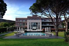 Kube Hotel - Saint-Tropez  Stone & Living - Immobilier de prestige - Résidentiel & Investissement // Stone & Living - Prestige estate agency - Residential & Investment www.stoneandliving.com