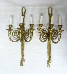Belle paire d'appliques à trois bras de lumière retenues par