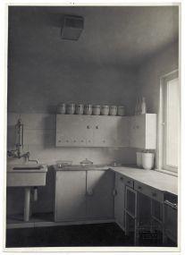 Staatliche Bildstelle, Berlin (Photo) / Georg Muche (architect) / Benita Koch-Otte (kitchen design) / Theodor Bogler (kitchen set), Kitchen, Haus am Horn, Weimar, 1923 Bauhaus Archive / Museum of Design, Berlin