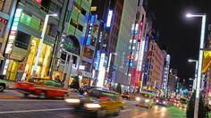 Autoverkehr abends in der Einkaufsstraße Ginza in Tokio (dpa/picture alliance/Matthias Tödt)