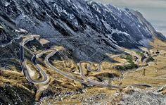 Szosa Transfogaraska to górska serpentyna, która mierzy 151 kilometrów długości i ma ogromną liczbę zakrętów. Przecina z północy na południe Góry Fogaraskie – najwyższe pasmo górskie rumuńskich Karpat. Ze względu na liczne zakręty na drodze obowiązuje ograniczenie prędkości do 40 km/h. Przejażdżka tą trasą po prostu zapiera dech w piersiach – widoki są niezapomniane!