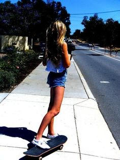Wanting to learn how to ride a skateboard and use roller skates. Skateboard Photos, Skateboard Girl, Surfergirl Style, Base Ball, Skate Girl, Foto Casual, Skate Style, Parkour, Longboarding