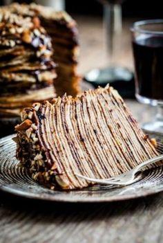 Torta de crepes y chocolate con avellanas