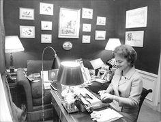 Vintage Photo Of Olivia De Havilland Writing On Typewriter. - Azoulay Claude