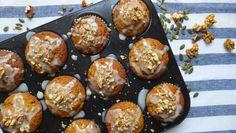 Muffins de calabaza integrales con glaseado de sirope dorado y limón