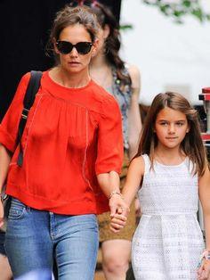 La hija de Katie Holmes y Tom Cruise sopla 10 velas este 18 de abril convertida en todo un icono de la moda infantil, aunque sus apariciones públicas son muy escasas. Repasamos su vida y sus mejores 'looks'.
