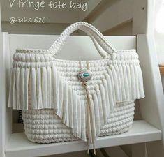 Uma ideia de bolsa croche branca estilosa para todas as amigas que amam croche weiß Bag Crochet, Crochet Handbags, Crochet Purses, Crochet Stitches, Crochet Baby, Stylish Handbags, Purses And Handbags, Crochet Bag Tutorials, Macrame Bag