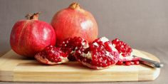 The pomegranate is a small fruit-bearing tree that originated in distant Persia and Afghanistan. This shrub has been cultivated since ancient times and can now be found in many parts of the world. Granada, Fruit Bearing Trees, Organic Recipes, Superfoods, Pomegranate, Healthy Skin, Benefit, Healthy Lifestyle, Healthy Living