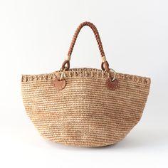 *職人さんの名前をつけたかごバッグ* 名前がついている洋服やバッグってありますよね。 わたしはそういうのがすごく好きなんです。 名前をつけることによって、命が吹き込まれているように感じるんです。 そのアイテムに意味を持たせてあるというか、作り手の思いがこもっていて、こだわりを感じることができるんです。 このバッグにも名前が付いています。 バッグの名前「HYPPOLITE」とは。。。 それはサンアルシデの工房で長きに渡り、革加工の部門で働いている男性の名前。 サンアルシデのバッグには、大切な人の名前を用いたアイテムが多く存在します。 人を大切に考えているサンアルシデならではのことだなぁと、ますますサンアルシデが大好きになってしまいます。 #sansarcidet #サンアルシデ #かごバッグ #ラフィア #トートバッグ #HYPPOLITEBAG #tasutasu
