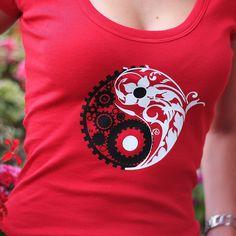 Dámské triko Jing Jang Lehké tričko s větším výstřihem, vypasované Jing jang vyjadřuje rovnováhu mezi vesmírnými silami. Námi vlastnoručně navrhnutý Jing jang symbolizuje kontrast mezi přírodou a technikou. Typ a rozměry trička viz.: http://www.fler.cz/zbozi/damske-tricko-pampeliska-2311896 Materiál: 100% bavlna Velký výstřih Barva: červená Velikost: S, M, L